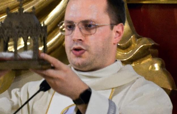 Przewodniczący liturgii udzielił błogosławieństwa relikwiami świętej z Bingen