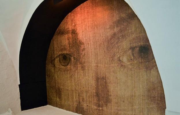 Instalacja w bazylice miechowskiej ma przybliżać do tajmnicy zmartwychwstania