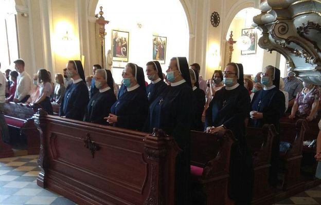 Siostra Błażeja (druga od prawej z przodu) wraz z siostrami w dniu jubileuszu.