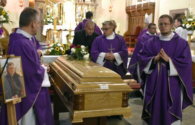 Pogrzeb ks. Dariusza Kowalczuka, pierwszy po prawej brat zmarłego ks. Łukasz
