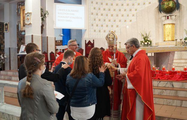 Dzierżoniowska młodzież przyjmuje sakrament bierzmowania