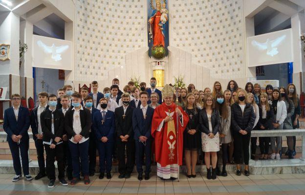 Bp Mendyk blisko 50 osobom w sakramencie bierzmowania udzielił darów Ducha świętego