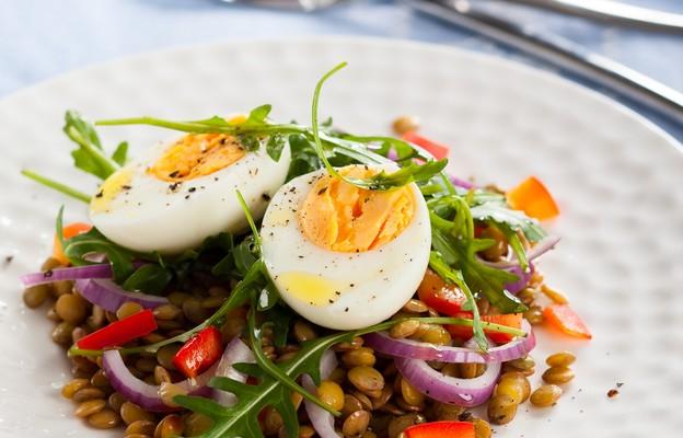 Sałatka z soczewicą i jajkiem