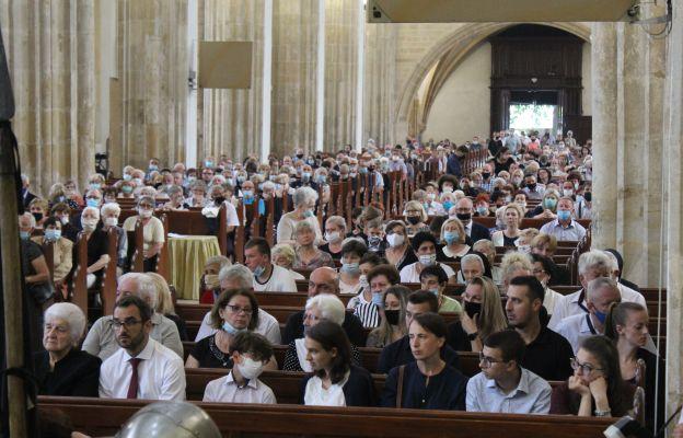 Czy tłumy w kościołach to przeszłość