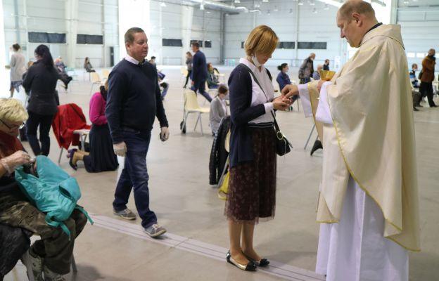 Wierni częściej przyjmują Komunię św. na rękę