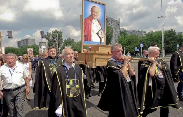 Z nieodłączną czarną mantullą Rycerze Jana Pawła II są zawsze widoczni na uroczystościach kościelnych