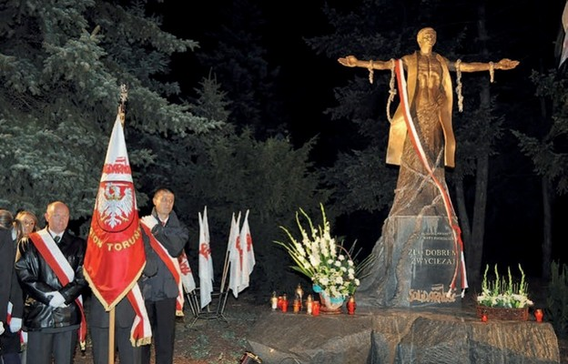 Pomnik bł. ks. Jerzego Popiełuszki  w Toruniu, odsłonięty  w 2011 r.