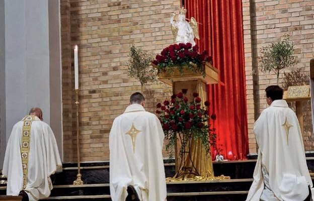 Aktu zawierzenia parafii dokonał proboszcz ks. Piotr Zawadka