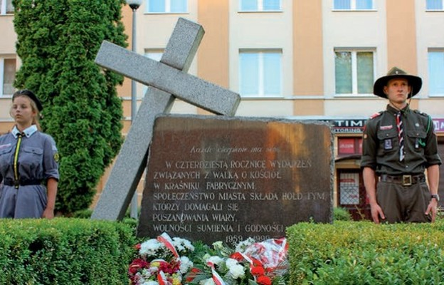 Mieszkańcy wciąż domagają się poszanowania wiary, wolności sumienia i godności. przypomina o tym pomnik Walki o Kościół