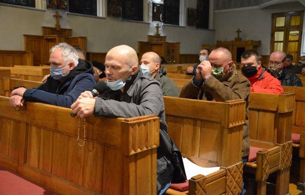 Mężczyźni nazywają się wzajemnie braćmi i modlą się wspólnie na Różańcu