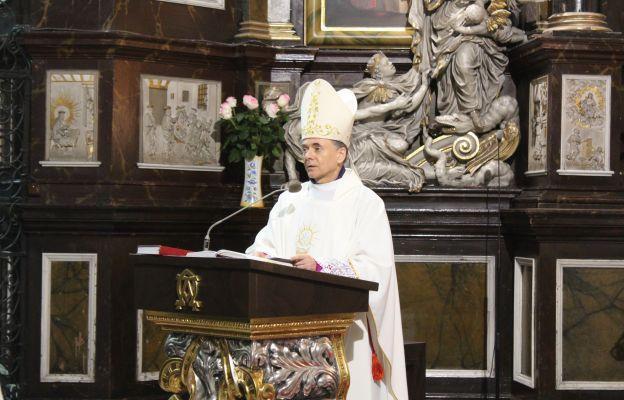 Bp Adam Bałabuch podczas głoszenia słowa Bożego