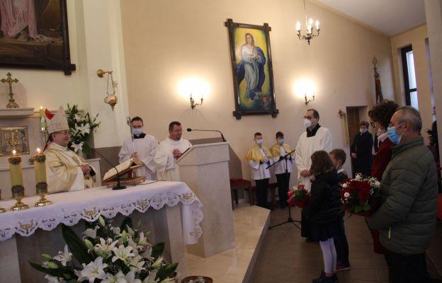 Parafianie dziękują biskupowi za akt konsekracji