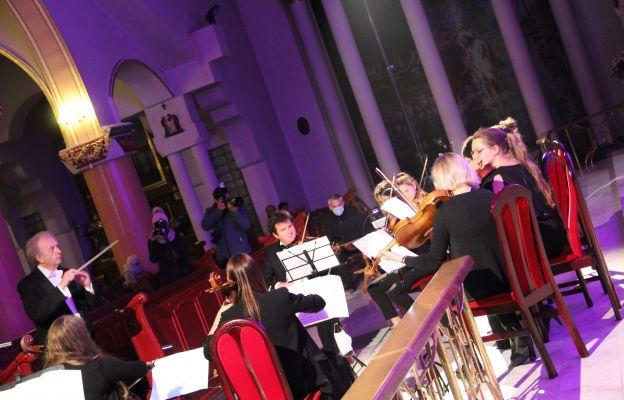 Przed słuchaczami, którzy zasiedli w ławkach sanktuarium oraz tymi, którzy oglądali transmisję online zaprezentowała się jedyna polska orkiestra poza granicami kraju