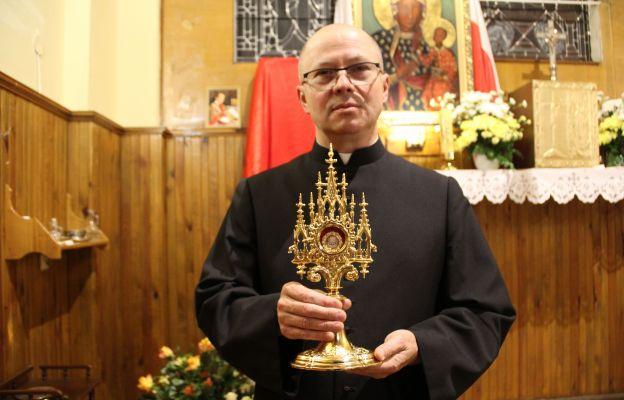 Ks. Andrzej Materyński z relikwiami ks. Jerzego Popiełuszki