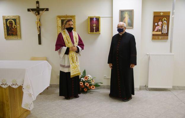 bp Bałabuch wraz prał. Kopaczem w kaplicy szpitalnej po wprowadzeniu relikwii św. Jana Pawła II