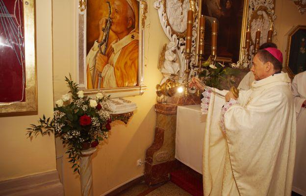 bp Adam Bałabuch okadza relikwie św. Jana Pawła II