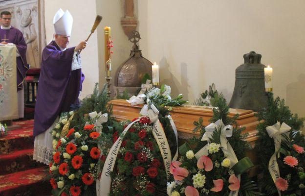 Ceremonia pogrzebowa w kościele w Sadach Górnych