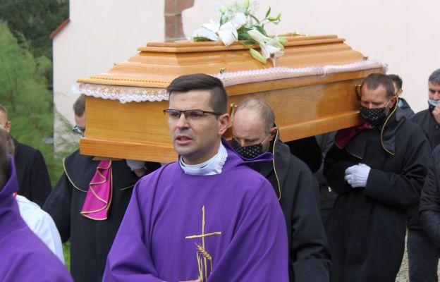 ks. Łukasz Bakowski odprowadził ciało zmarłem mamy na cmentarz par. w Sadach Górnych