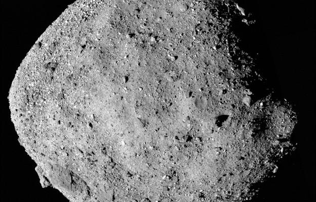 NASA przedstawia mozaikowy obraz asteroidy Bennu składający się z 12 obrazów PolyCam zebranych 02 grudnia 2019 roku