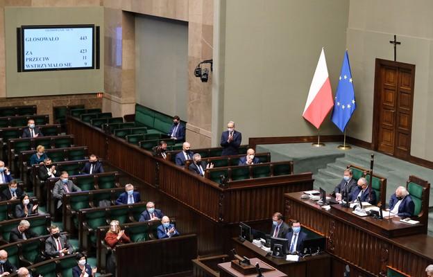 Sejm za dodatkami dla medyków i prawem do odmowy sprzedaży osobom bez maseczek