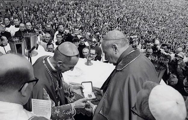 Arcybiskup Antoni Baraniak wręcza prymasowi Stefanowi Wyszyńskiemu pierścień – dar episkopatu i narodu polskiego, Jasna Góra, 3 maja 1967 r.