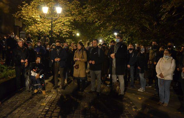 Odpowiedź na strajk kobiet. Modlitwa różańcowa pod Collegium Novum