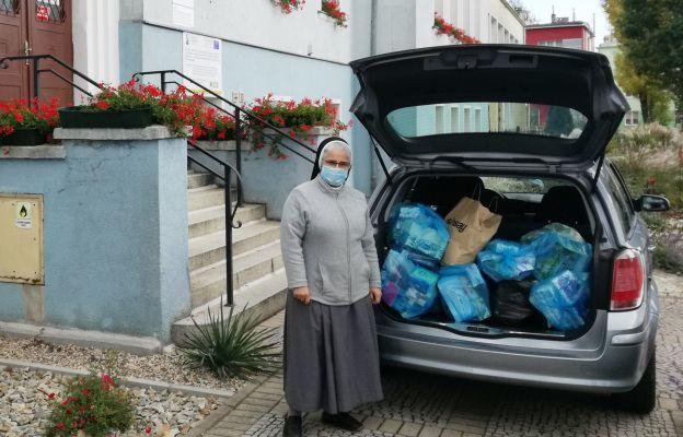 Matka przełożona odbiera przekazane dary