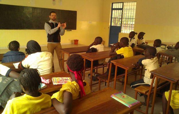 Ks. Piotr Wolny pomaga imigrantom z Afryki.