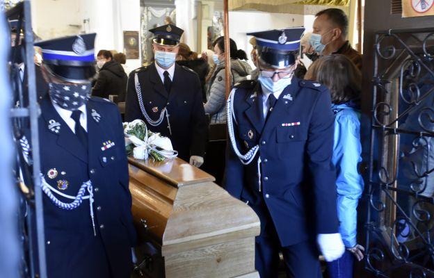 Trumnę z ciałem zmarłego księdza wynieśli z kościoła strażacy z miejscowej OSP