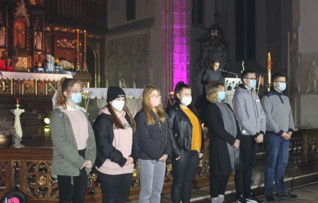 Ksiądz proboszcz podziękował młodzieży z duszpasterstwa za zaangażowanie w przygotowanie modlitewnego wieczoru