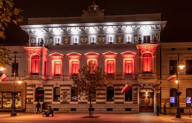 Iluminacja budynku Urzędu Wojewódzkiego na ul. Piotrkowskiej w Łodzi, z okazji Święta Niepodległości