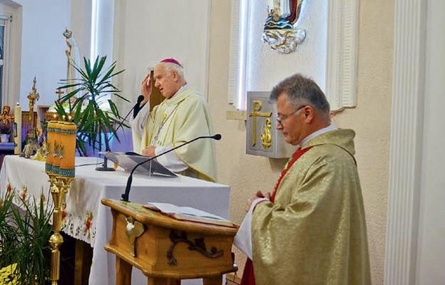 O. Zdzisław Świniarski SSCC wraz biskupem seniorem Ignacym Decem wynagradzali Matce Bożej zniewagi uczynione przez ludzi zwłaszcza w ostatnim czasie