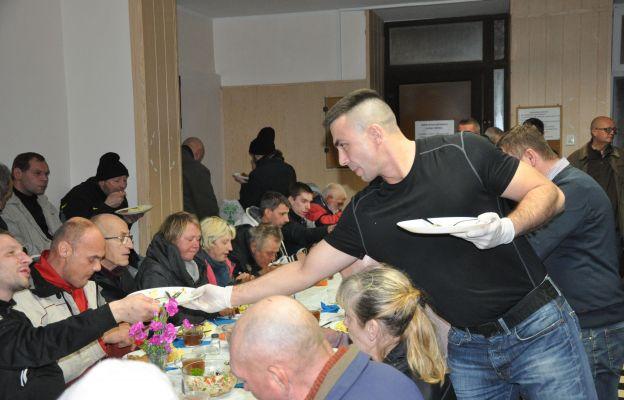 Wolontariusze usługujący ubogim