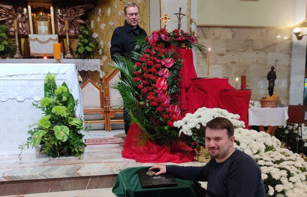 Patryk Zwardoń (z przodu) z ks. proboszczem Stanisławem Wójcikiem prezentują relikwie.
