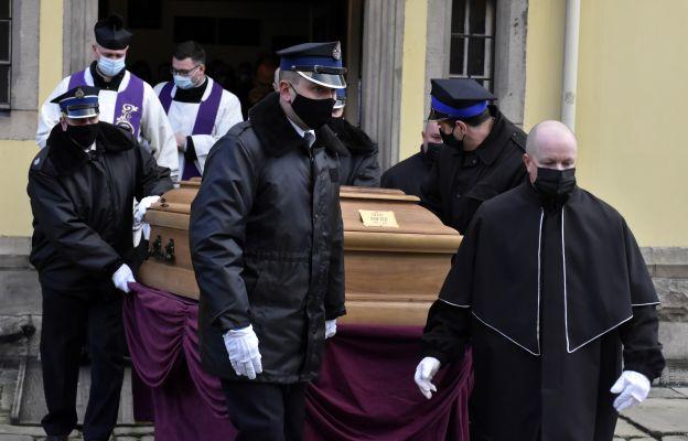 W ostatniej drodze towarzyszyli zmarłemu kapłanowi strażacy, których przez 10 lat był kapelanem