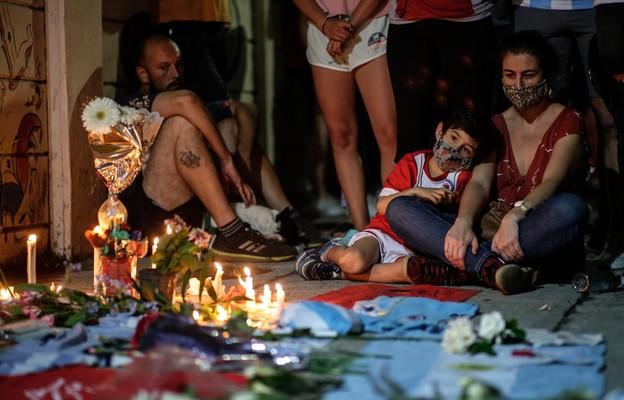 Argentyna: Kibice opłakują śmierć Maradony na stadionach i pod jego domem rodzinnym