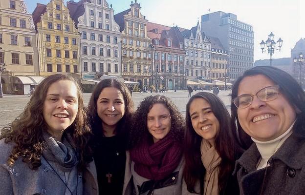 Wspólnotę tworzy pięć radosnych Brazylijek: Bianca, Renata, Maria, Eliane i Ana