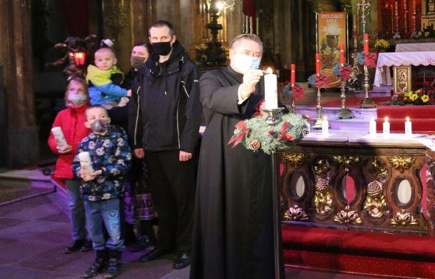 Ks. Dariusz Amrogowicz, dyrektor wrocławskiej Caritas zapalił świecę Wigilijnego Dzieła Pomocy Dzieciom