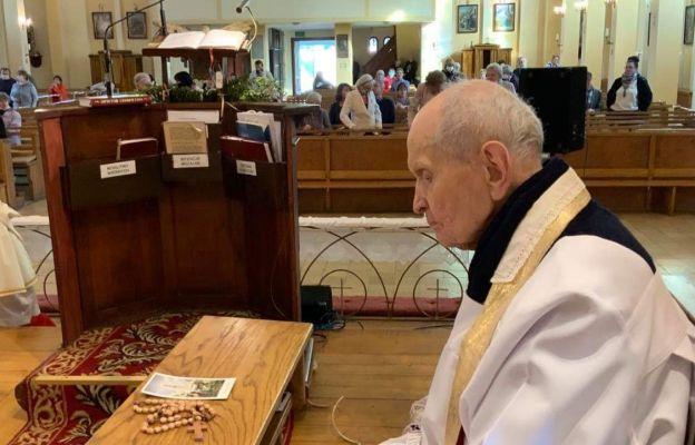 Ks. Józef Lisiak na modlitwie