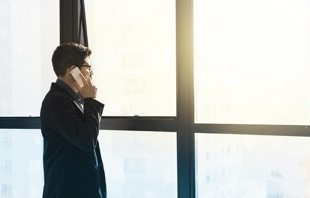 Włochy: kapłan wychodzi do swych wiernych zamkniętych w domach z powodu lockdownu