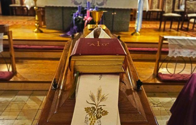 Trumna z ciałem zmarłego ks. Józefa Lisiaka SAC