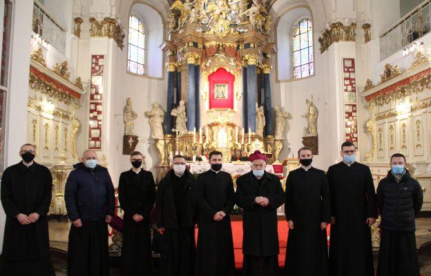Akolici i kandydaci do święceń diakonatu z rektorem seminarium i bp. Pawłem Sochą