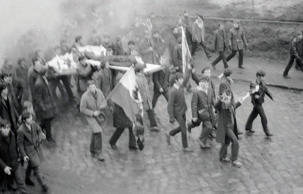 Ciało Zbyszka Godlewskiego niesione przez demonstrantów w Gdyni, 17 grudnia 1970 r.