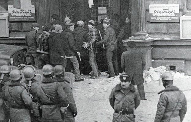 """Milicja przygotowuje się do zajęcia siedziby Zarządu Regionu łódzkiej """"Solidarności"""", 13 grudnia 1981 r."""