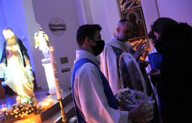 Uczestnicy nabożeństwa otrzymali różaniec rodzinny i cudowne medaliki