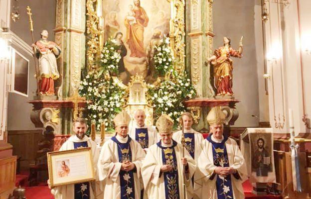 Biskupi świdniccy w asyście o. proboszcza i diakonów