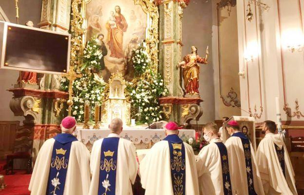 Moment zawierzenia diecezji świdnickiej św. Józefowi