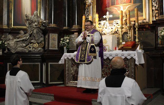 ks. Julina Nastałek z asystą podczas Mszy św. w nadzwyczajnym rycie rzymskim