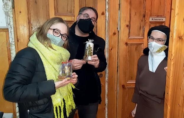 Przedstawiciele wspólnoty słowo-Życia z m. Dorotą od Jezusa Ukrzyżowanego, przeoryszą łasińskiego Karmelu