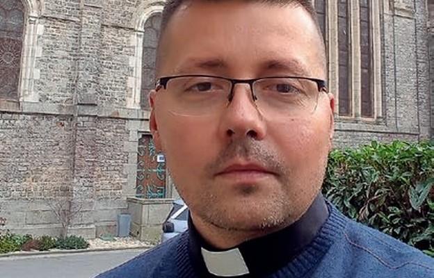Ks. Michał Misiuda przed swoim kościołem parafialnym św. Anny w Rennes